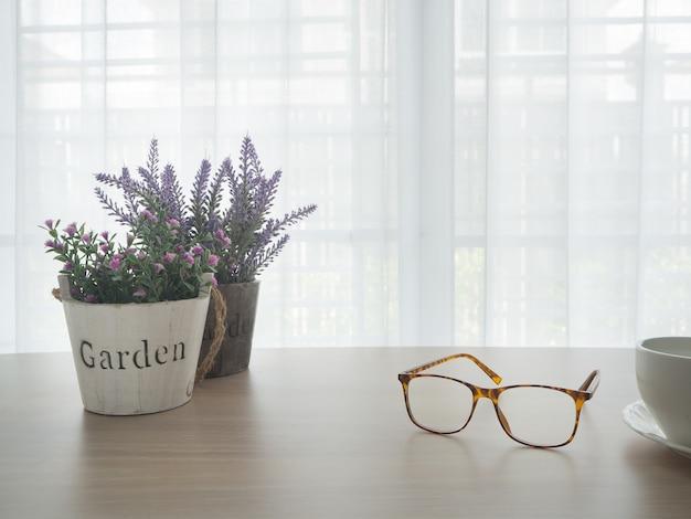 Tabela de madeira do escritório com a flor bonita da variedade.