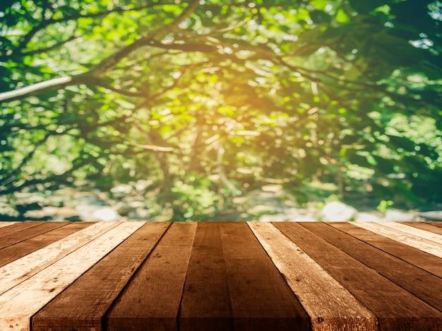 Tabela de madeira e imagem de borrão da árvore.