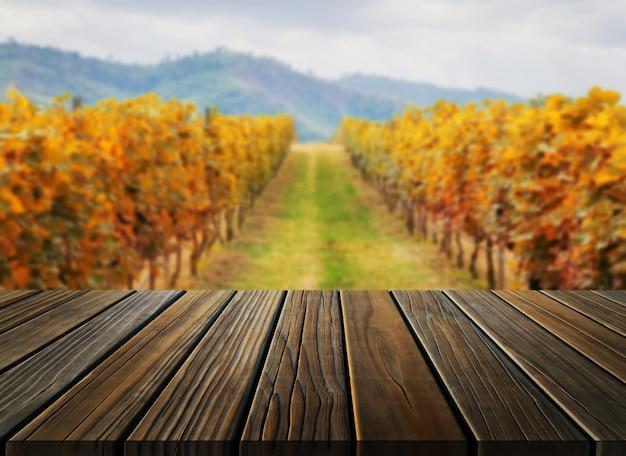 Tabela de madeira na paisagem do país do vinhedo do outono.