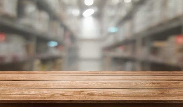Tabela de madeira no fundo do borrão do armazenamento do armazém.