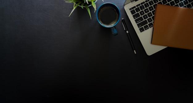 Tabela de mesa de couro de escritório com laptop, acessório de escritório e copyspace