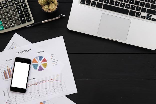 Tabela de mesa de couro de escritório com laptop, documentos de negócios, caneta, smartphone e outros suprimentos. vista superior