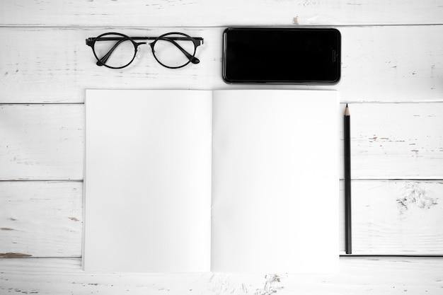 Tabela de mesa de couro de escritório com suprimentos. vista superior com espaço para texto