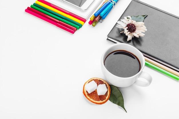 Tabela de mesa de escritório branco, negócios e conceito de educação