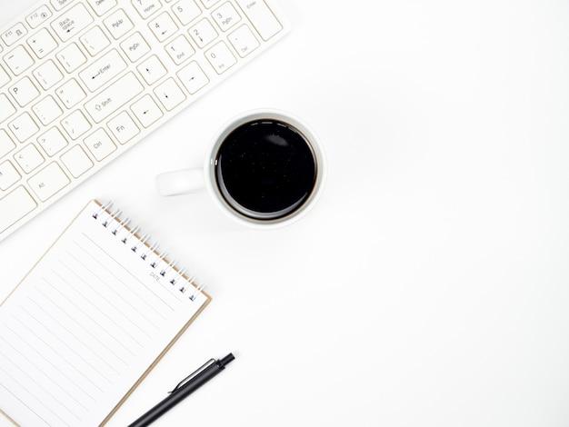Tabela de mesa de escritório com computador de teclado, café e outro escritório