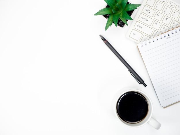 Tabela de mesa de escritório com computador de teclado, café e outros materiais de escritório