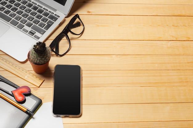 Tabela de mesa de escritório com computador, suprimentos