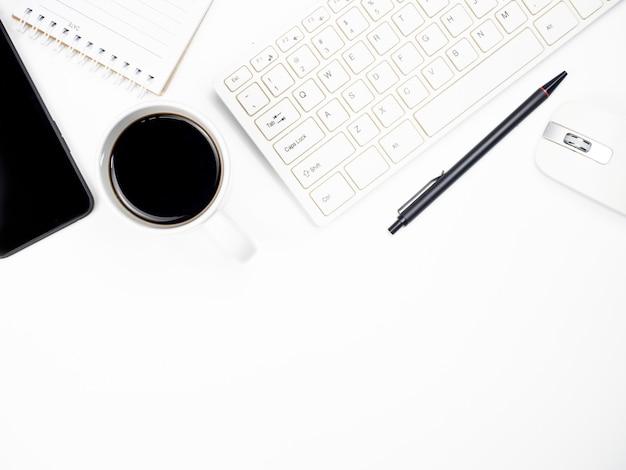 Tabela de mesa de escritório com teclado computador, café, smartphone