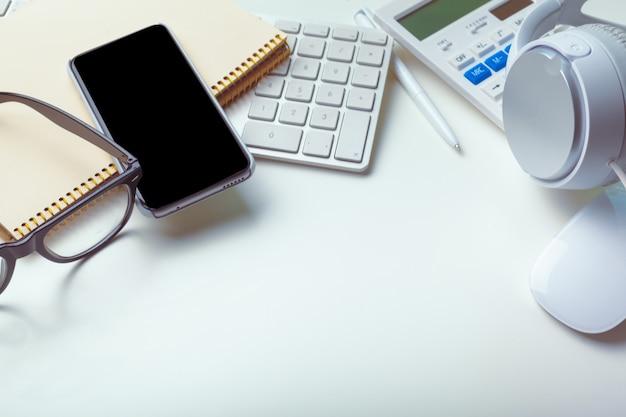 Tabela de mesa de escritório com teclado de computador, suprimentos, calculadora, caneta, óculos