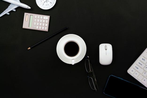 Tabela de mesa de escritório do local de trabalho de negócios e objetos de negócios