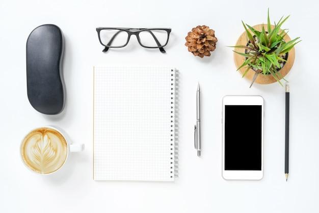 Tabela de mesa de escritório moderno branco com suprimentos.