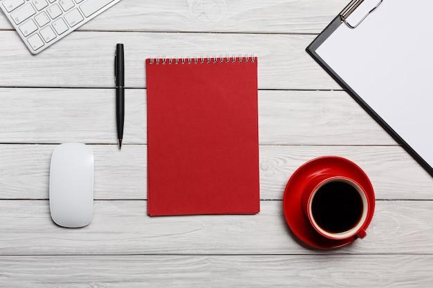 Tabela de placas de mesa branca vermelha bloco de notas xícara de café da manhã reunião de preparação de fluxo de trabalho
