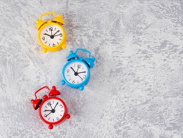 Tabela de relógio retro despertador. foto no estilo de imagem de cor retrô