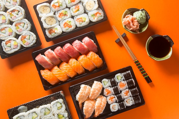 Tabela de sushi variada, vista de cima.