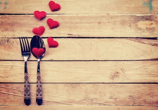 Tabela de talheres e coração vermelho para jantar dia dos namorados.