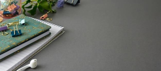 Tabela denominada da mesa de escritório com caderno, upplies dos escritórios e copo de café. banner de negócios criativos.