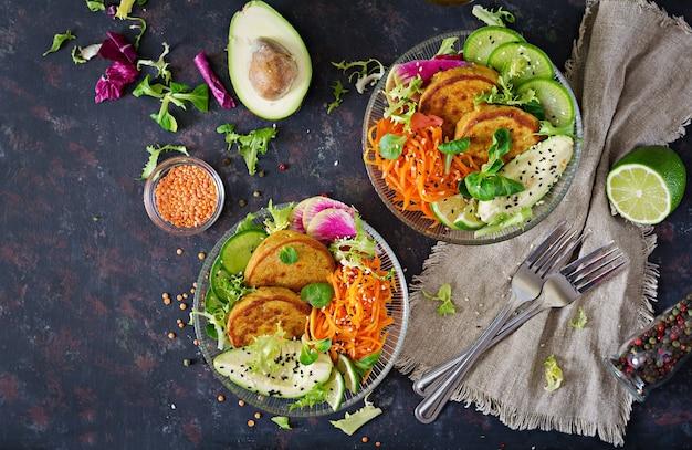 Tabela do alimento do jantar da bacia de buddha do vegetariano. comida saudável. vista do topo