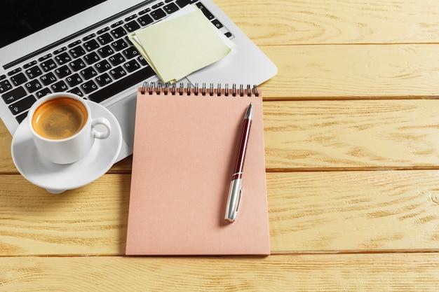 Tabela do escritório com copo de café, lápis e teclado de computador. conceito de trabalho ou espaço de trabalho de negócios.
