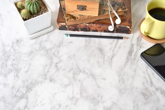 Tabela do tampo da mesa do mármore da vista superior com materiais de escritório e espaço da cópia.