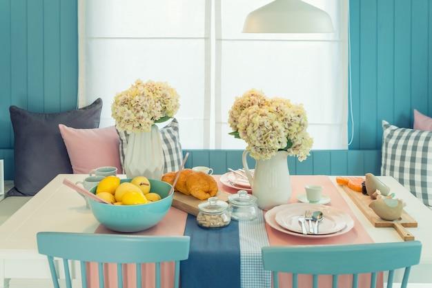 Tabela e cadeira de madeira na sala dinning do vintage em casa. tabela ajustada na mesa de jantar, design de interiores.