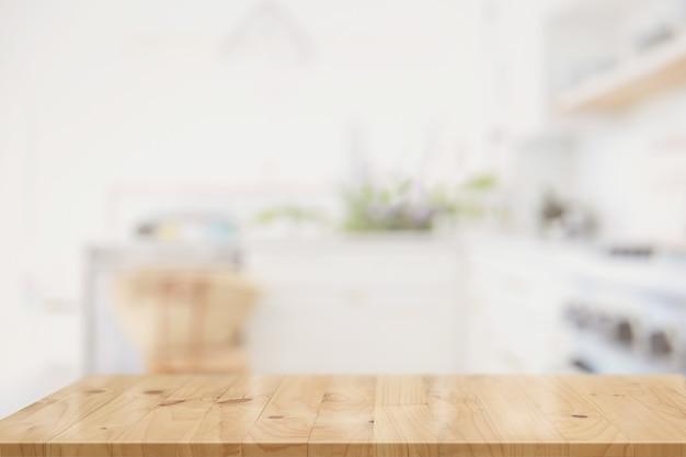 Tabela superior de madeira no interior da sala da cozinha para a montagem da exposição do produto.