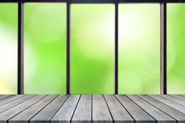Tabela vazia da placa de madeira da perspectiva na parte superior sobre o fundo natural borrado.