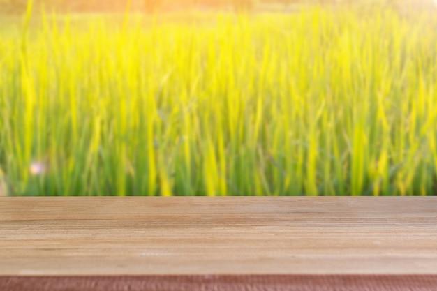 Tabela vazia de madeira com fundo do campo do arroz.