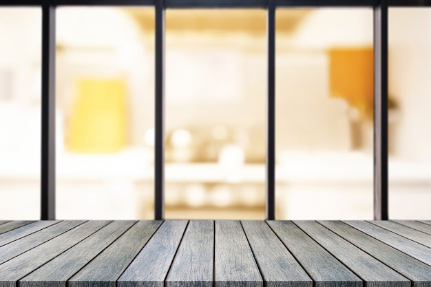 Tabela vazia de placa de madeira de perspectiva em cima sobre fundo desfocado.