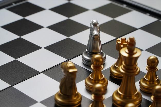Tabelas de torneio de xadrez com temporizadores de xadrez no xadrez de papel.