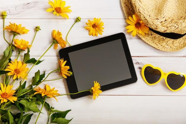 Tablet com acessórios rústicos em luz de fundo de madeira.