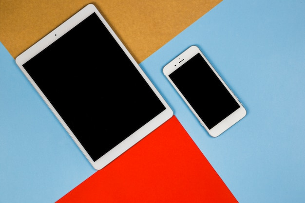 Tablet com smartphone na mesa brilhante