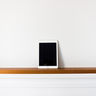 Tablet com tela em branco na madeira