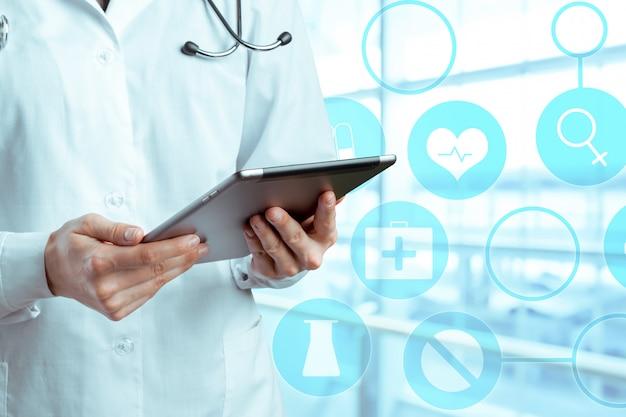 Tablet computador nas mãos do médico