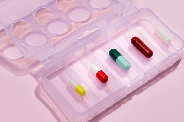 Tablet de alto ângulo com pílulas