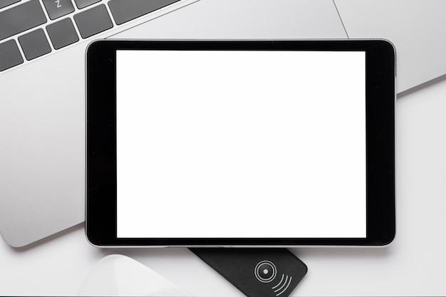 Tablet de close-up acima maquete de laptop