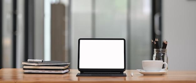 Tablet de computador com capa de teclado colocando na área de trabalho