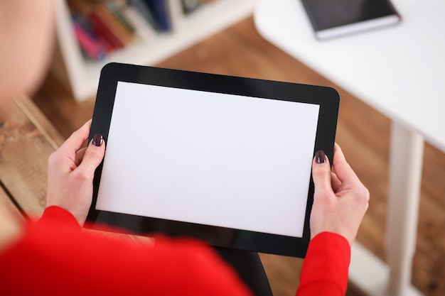 Tablet de exploração de mulher nas mãos. com imagem de profundidade de campo