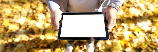 Tablet de exploração do homem nas mãos