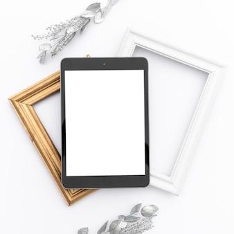 Tablet de mock-up em cima de quadros