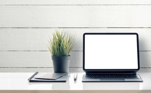 Tablet de tela em branco de maquete em cima da mesa, isolado no fundo branco.