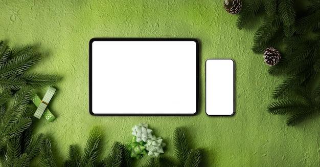Tablet de tela em branco e celular em textura verde