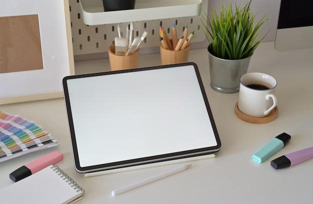 Tablet de tela em branco na área de trabalho no estúdio de design gráfico