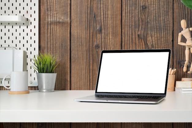 Tablet de tela em branco na mesa de espaço de trabalho moderna mesa minimalista e espaço para texto