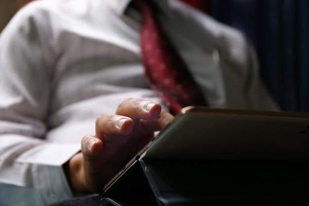 Tablet de uso de mão de homem de negócios