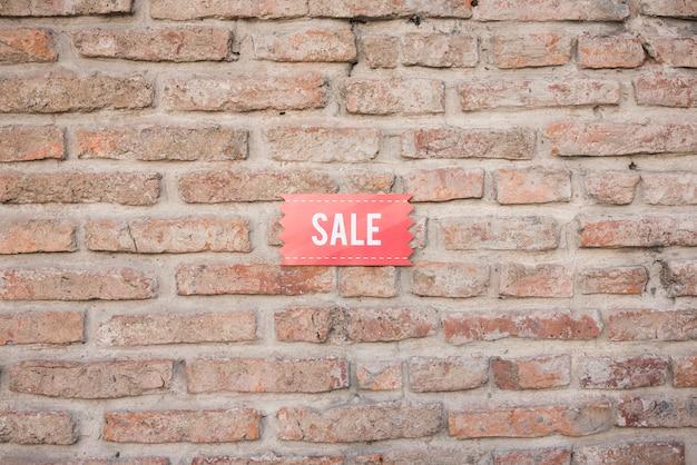 Tablet de venda na parede de tijolo