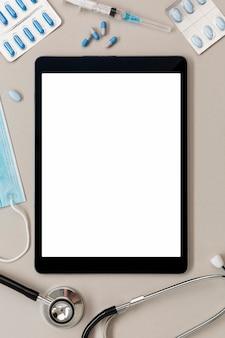 Tablet de vista superior no consultório médico