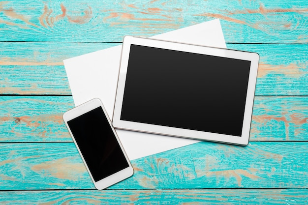 Tablet digital branco na mesa de madeira