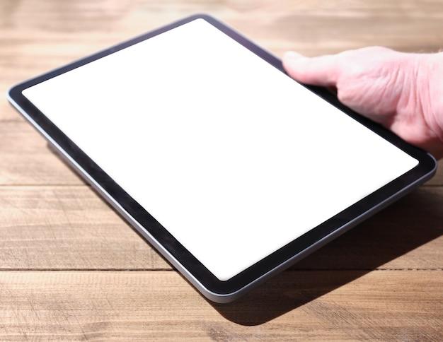 Tablet digital com tela isolada na mão