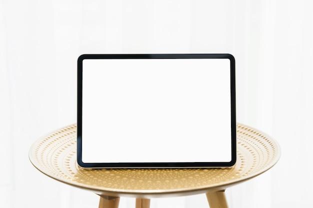 Tablet digital em uma mesa decorativa