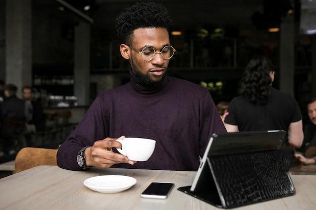 Tablet digital empresário homem americano